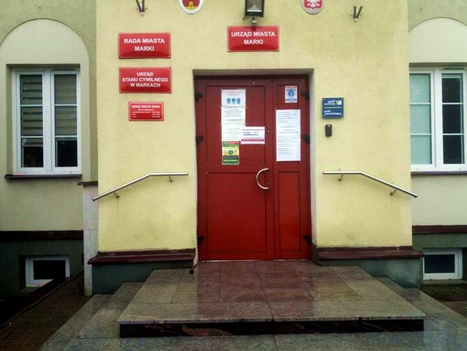 Wejście główne do urzędu miasta.