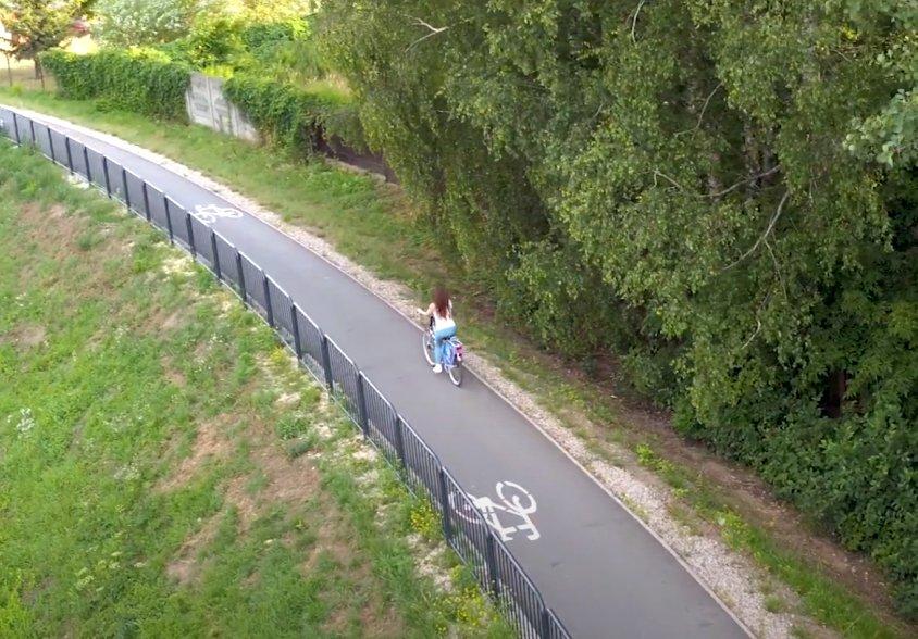 Ścieżka rowerowa na wale przeciwpowodziowym wzdłuż rzeki Długiej.